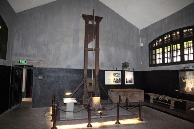 hoa lo prison museum hanoi hilton