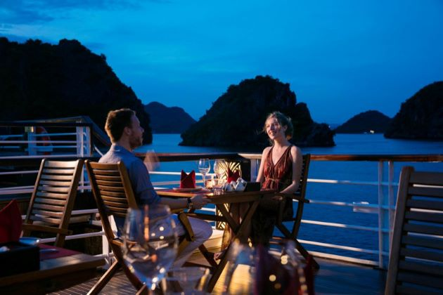luxurious dinner in halong bay