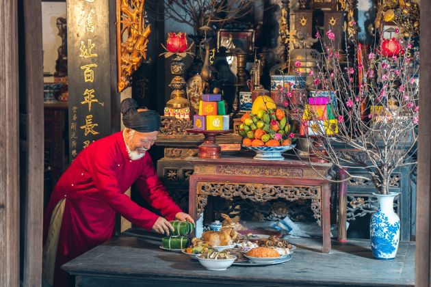 prepare offerings to gods of kitchen in vietnam tet