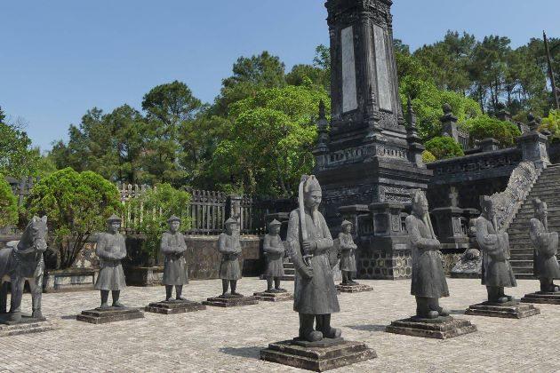 statue at khai dinh tomb