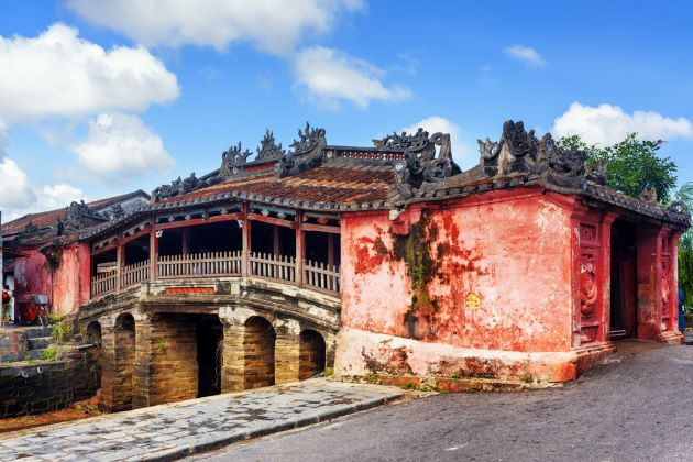 visit japanese covered bridge in hoi an
