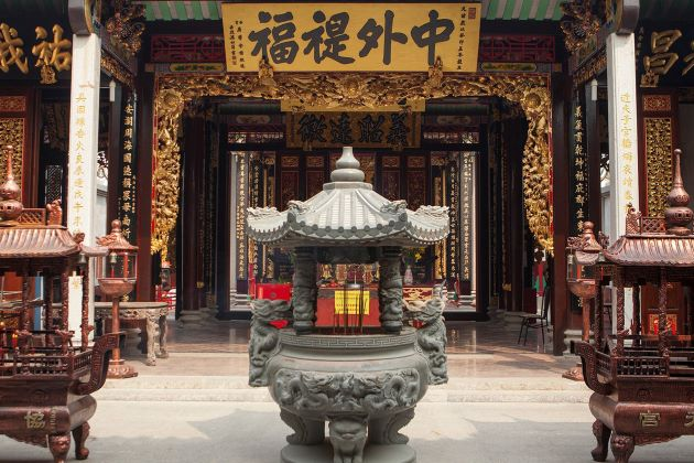 visit thien hau pagoda in saigon