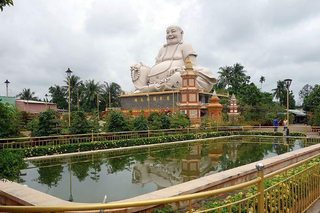 visit vinh trang pagoda in mekong delta