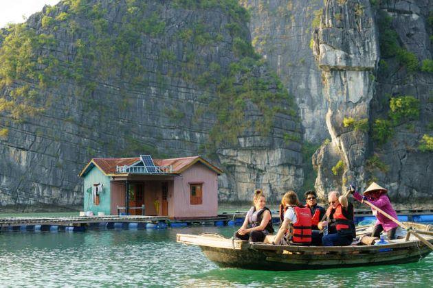 visit vung vieng fishing village in halong bay
